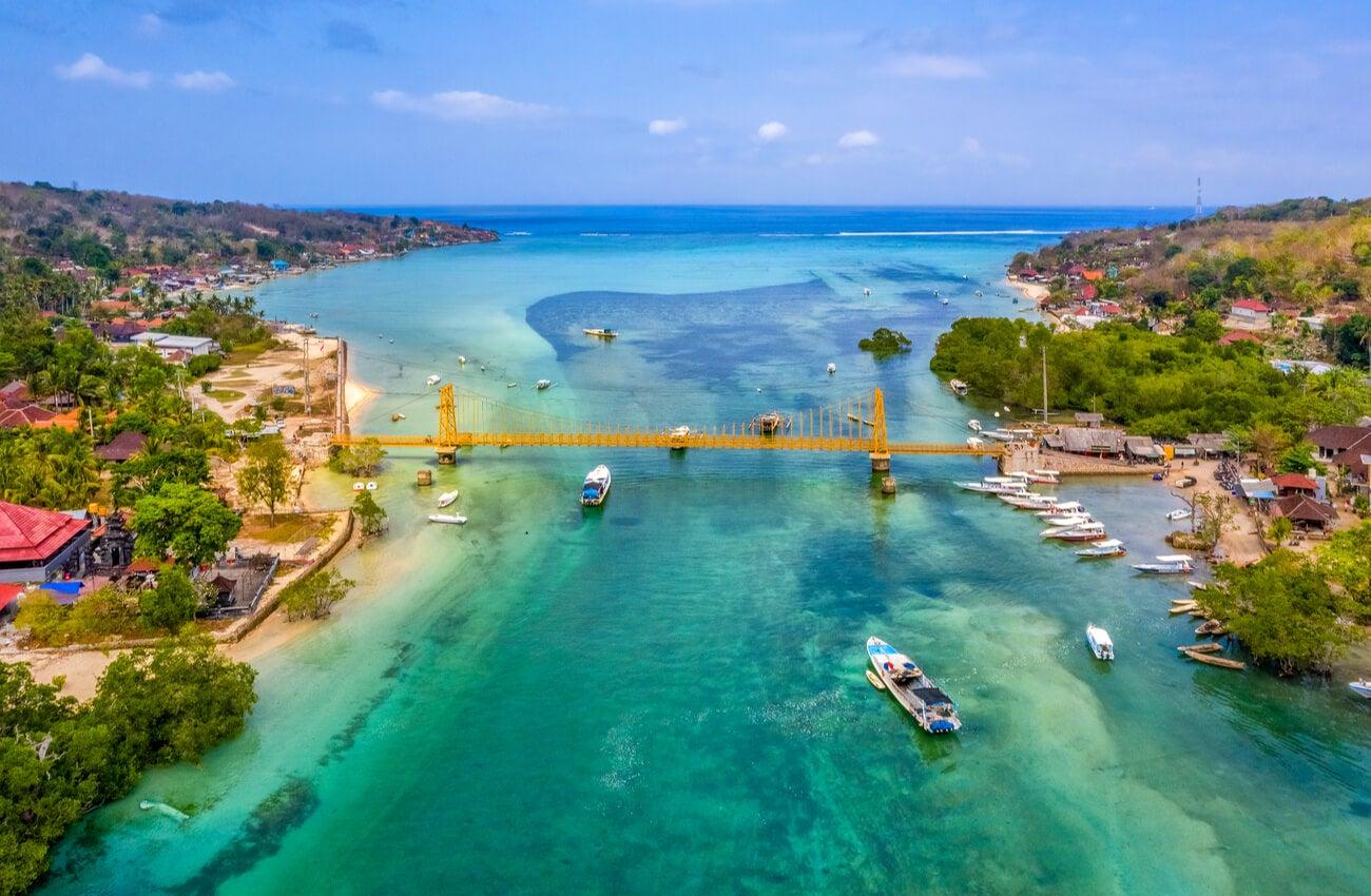 El Yellow Bridge divide dos de las islas Nusa.