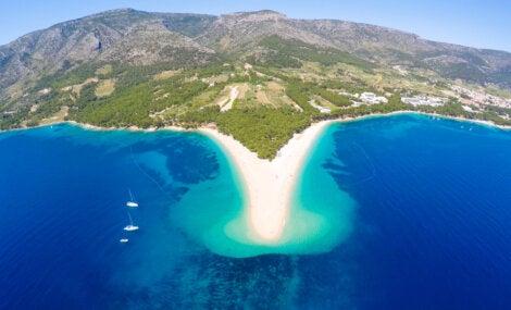 La playa Zlatni Rat se adentra en el mar como ninguna otra.