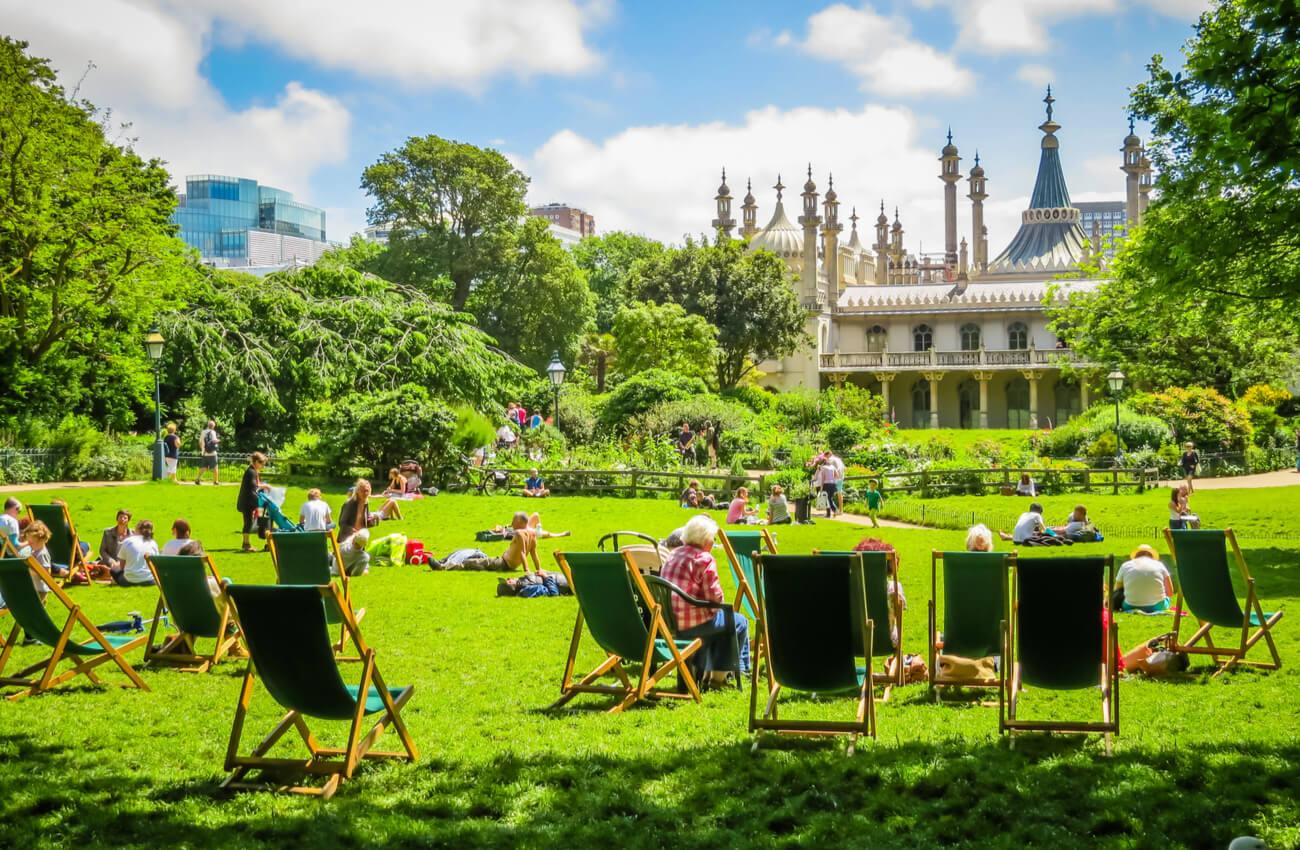 Gente descansa en un parque cercano al Royal Pavilion.