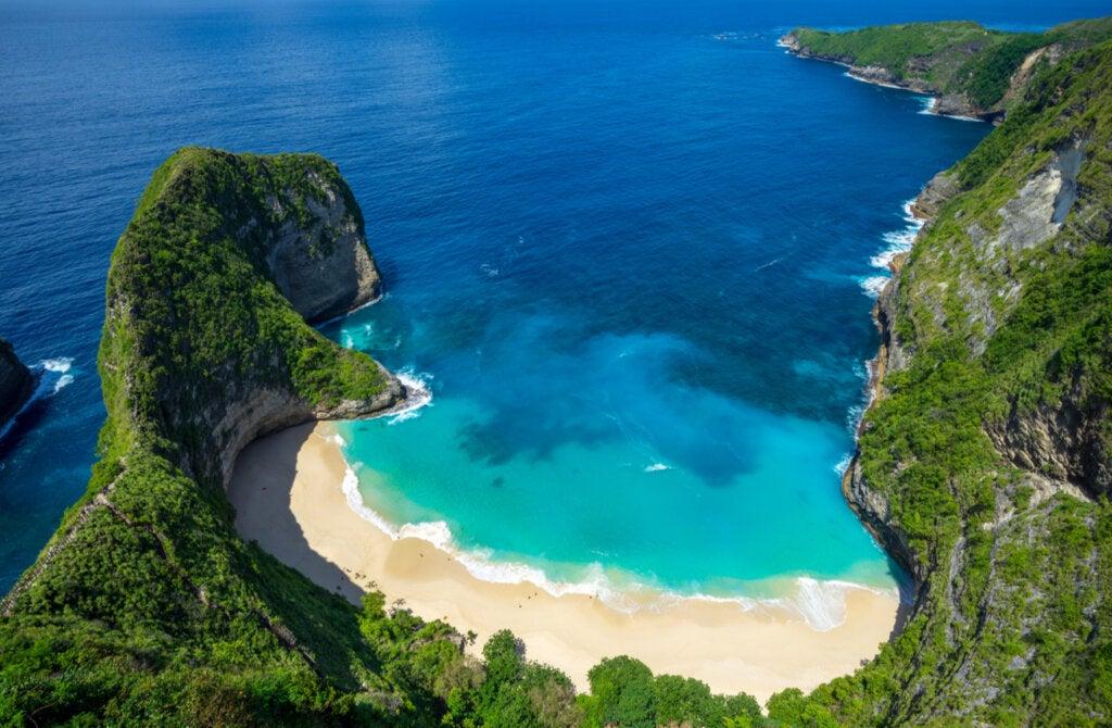 Impresionante vista de arriba de la playa Kelingking, en Bali.