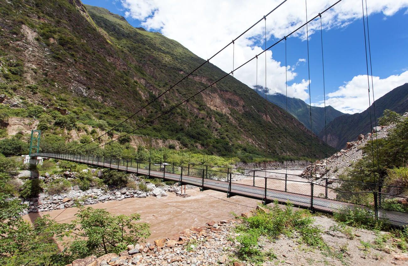 Puente cruzando sobre el río Apurimac.