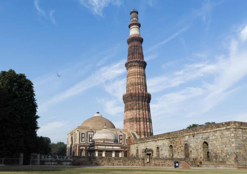 El Qutub Minar es el edificio más imponente del complejo Qutb.
