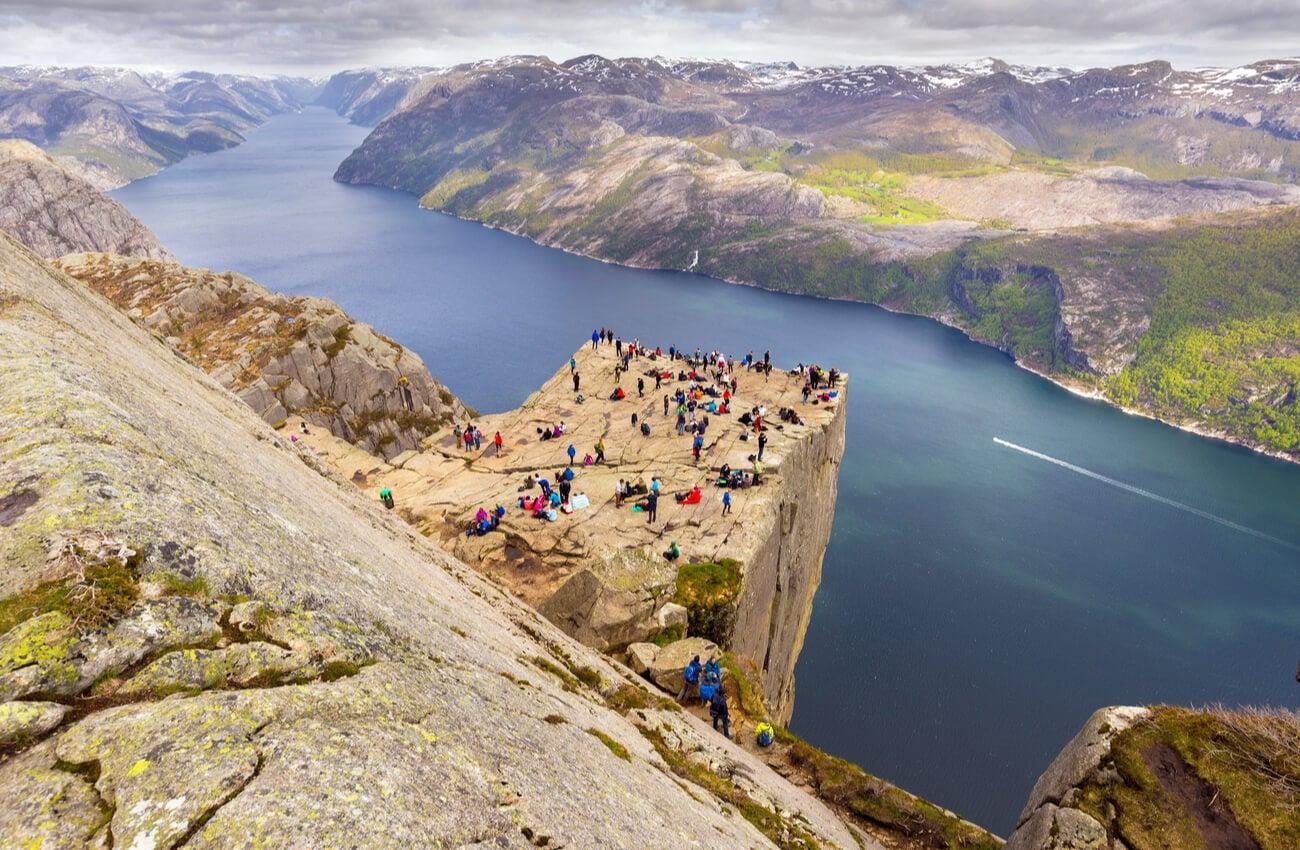 La roca Preikestolen es el mirador más alto del mundo.