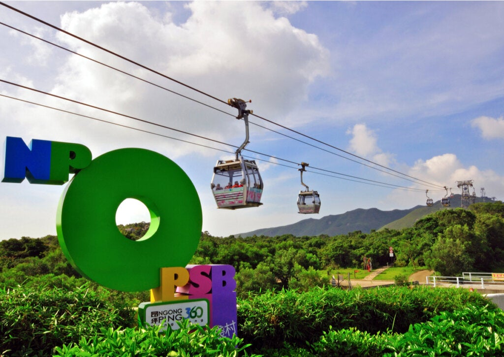 El teleférico de Ngong Ping ofrece vistas impresionantes de este pueblo.