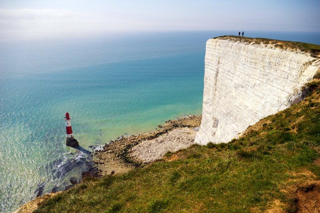 Los acantilados de Dover son un atractivo hermoso en la costa inglesa.