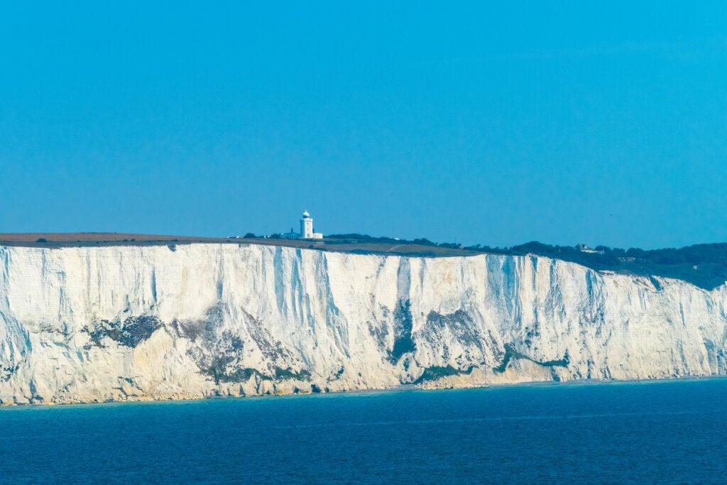 Los acantilados de Dover sorprenden por su color blanco.