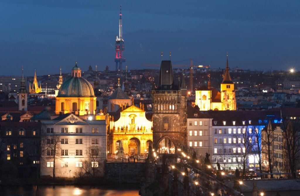 El barrio de Zizkov es uno de los atractivos en Praga de noche.