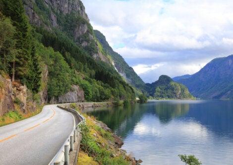 Carretera en camino a Odda, Noruega.