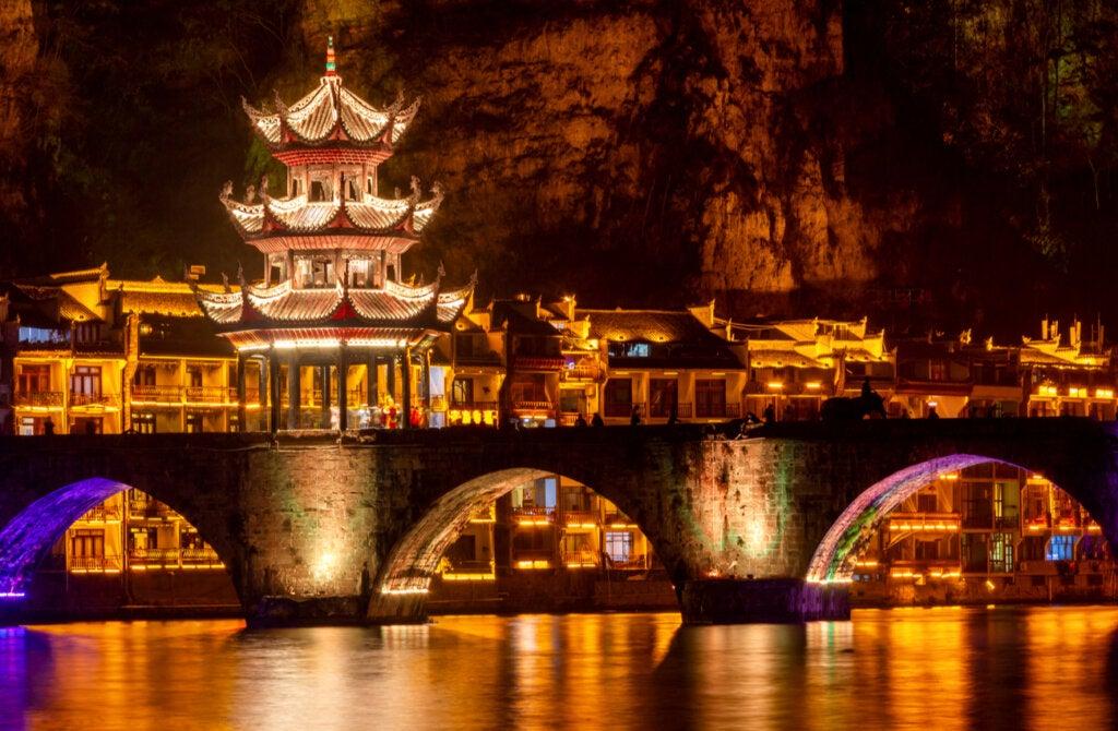 Paisaje del casco antiguo de China iluminado durante la noche.
