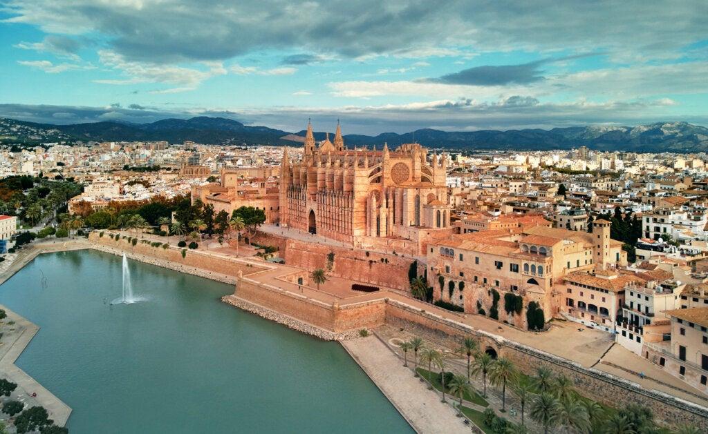 Una de las curiosidades de la Catedral de Mallorca es que solía poseer salida al mar.