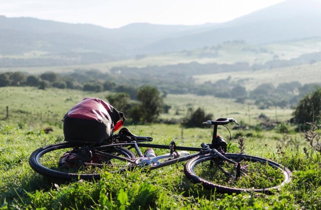 El cicloturismo es una actividad sostenible que no afecta al medio ambiente.