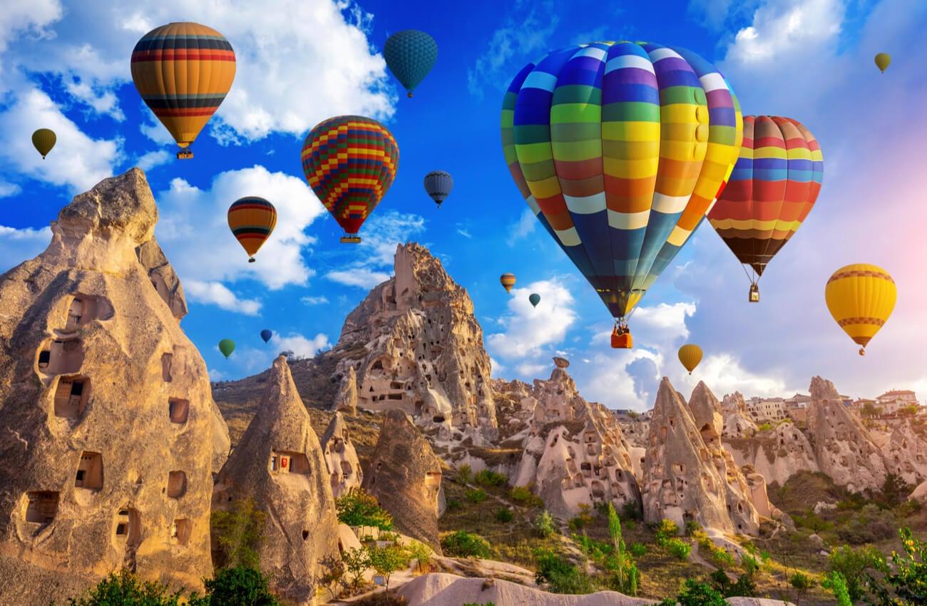 Los globos aerostáticos en Capadocia son un verdadero espectáculo digno de admirar.