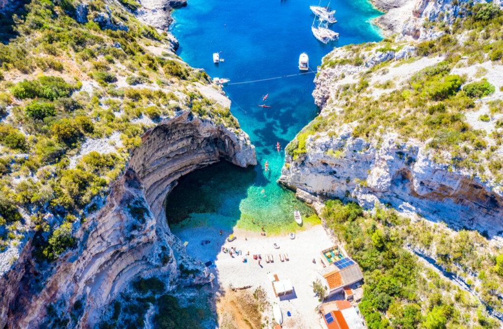 La bahía Stiniva es un lugar paradisíaco en la Isla Vis, en Croacia.
