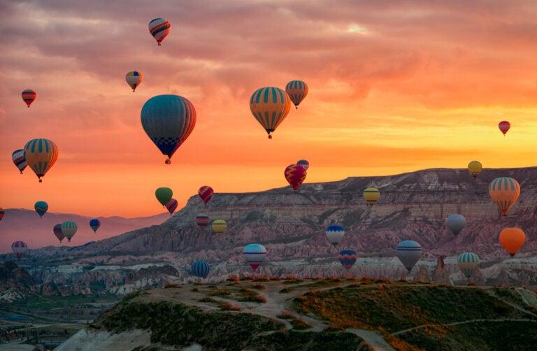 El cielo adornado por globos aerostáticos en Capadocia
