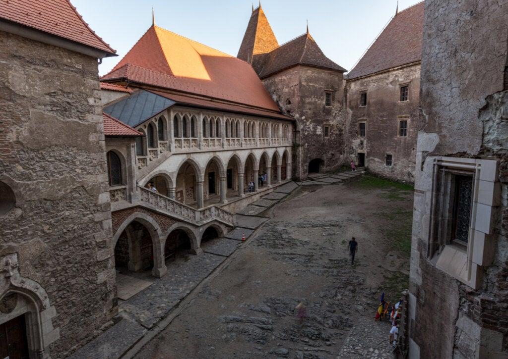 El patio interior es una de las zonas destacadas del Castillo de Corvino.