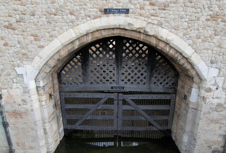¿Cuál es la historia de la puerta de los traidores en la torre de Londres?