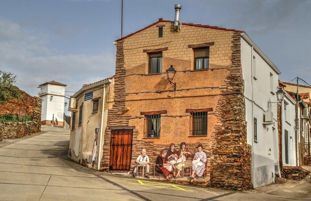 Los ancianos también tienen su lugar en las paredes de Romangordo.