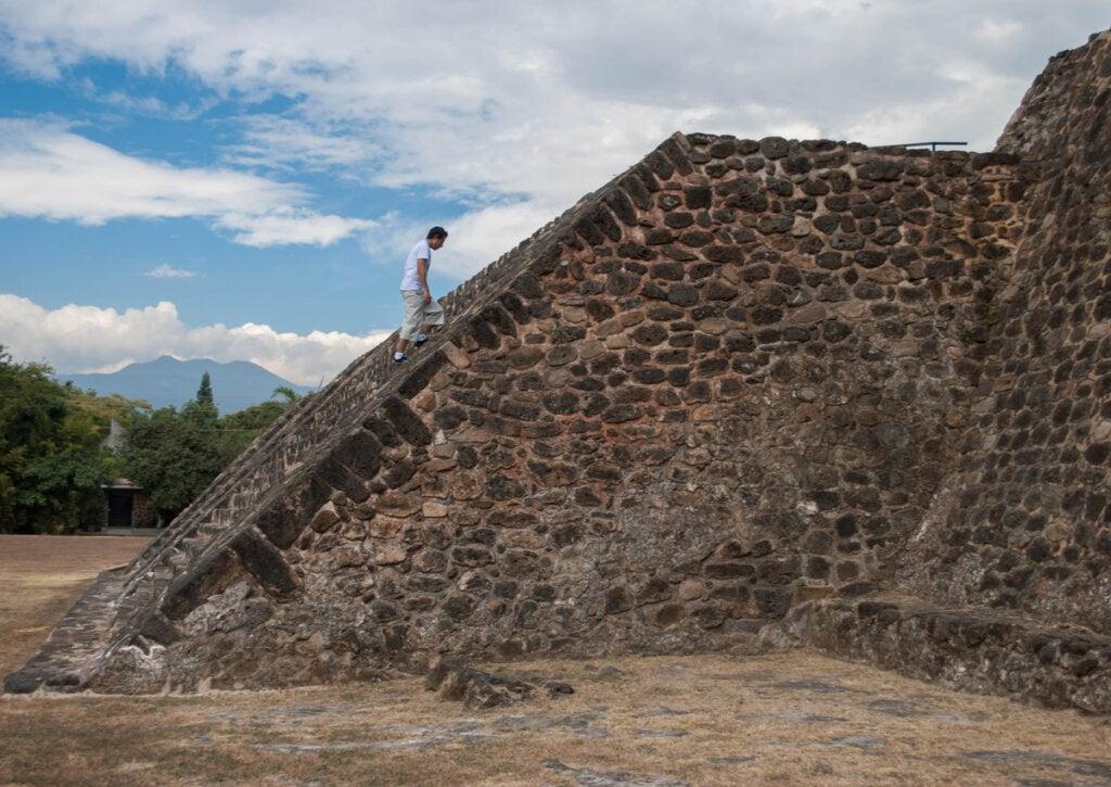 Turista visitando uno de los templos de Teopanzolco.