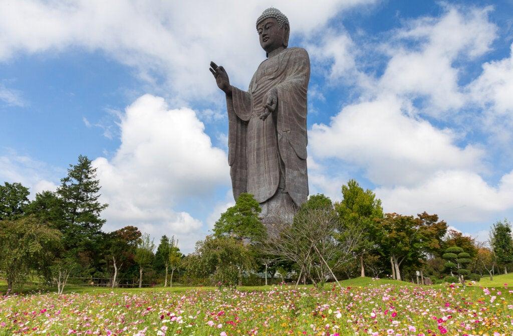 La estatua Ushiku Daibutsu se encuentra en Japón.