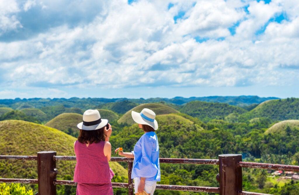 Es posible acceder a un mirador en la colinas de chocolate en Filipinas.