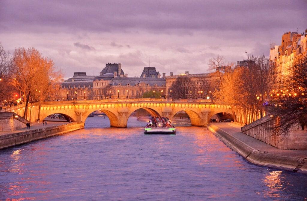 Los cruceros por el río Sena son una actividad para hacer en París de noche.