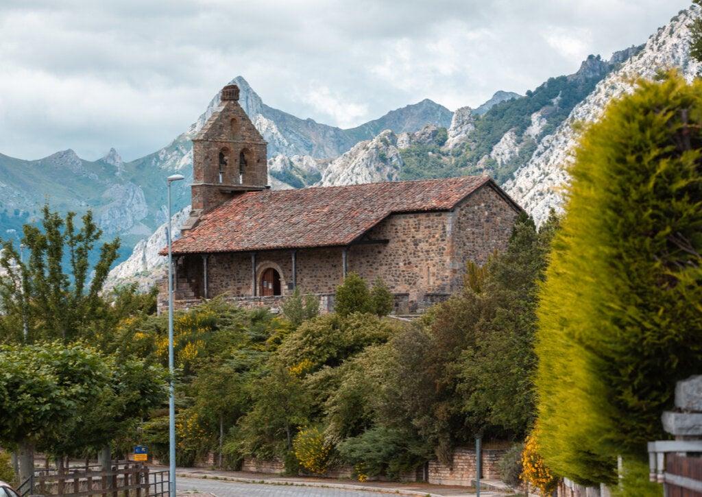Una iglesia en el pueblo de montaña de Riaño, en España.