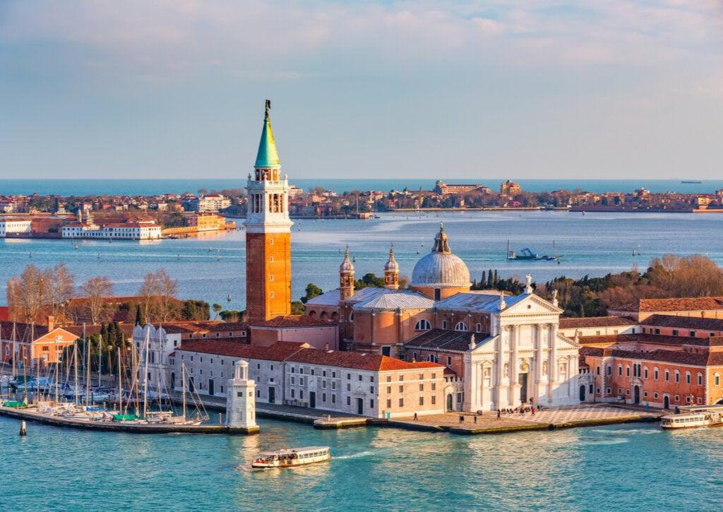 La iglesia es una postal característica de San Giorgio, en Venecia.