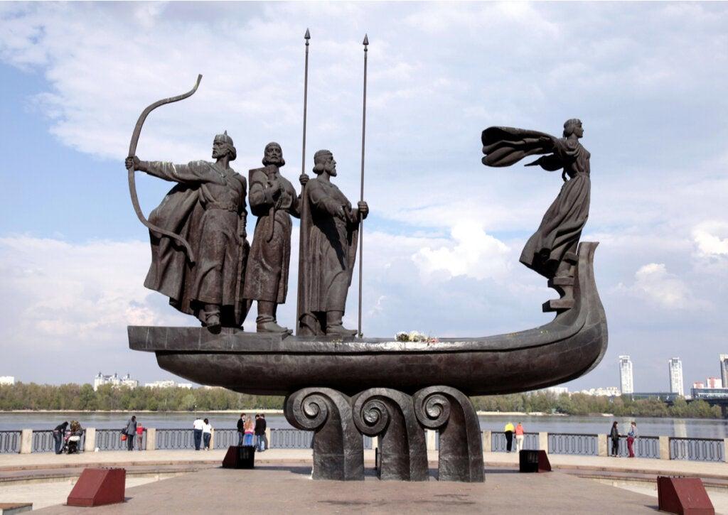 El Monumento a los Fundadores de Kiev honra a 4 hermanos.