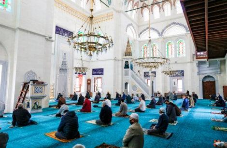 En el interior de una mezquita hay que cumplir ciertas normas de convivencia con los creyentes.