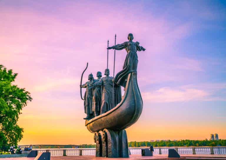 Historias del Monumento de los Fundadores de Kiev