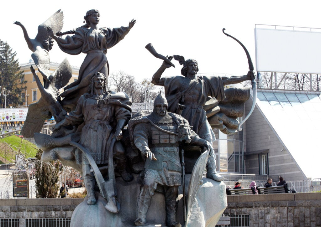 El Monumento a los Fundadores de Kiev se emplaza en un parque público.