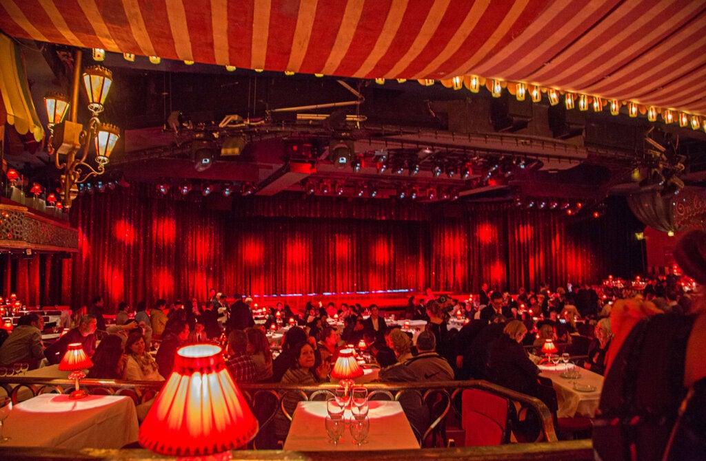El interior del cabaret Moulin Rouge, en París.