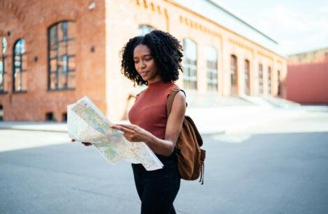 Mujer mirando el itinerario y mapa durante sus vacaciones.