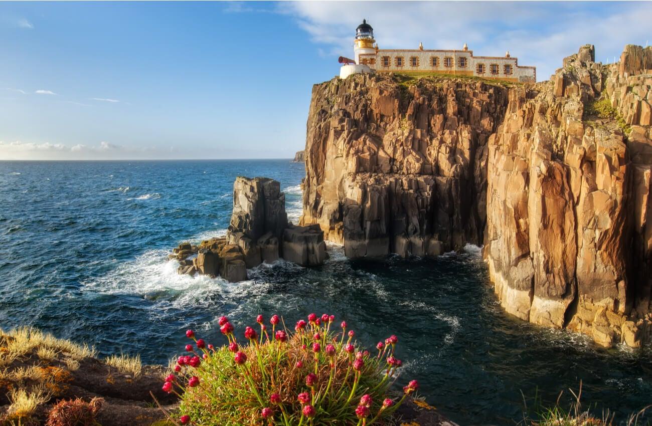 Este faro en la isla de Skye ofrece unas vistas espectaculares.
