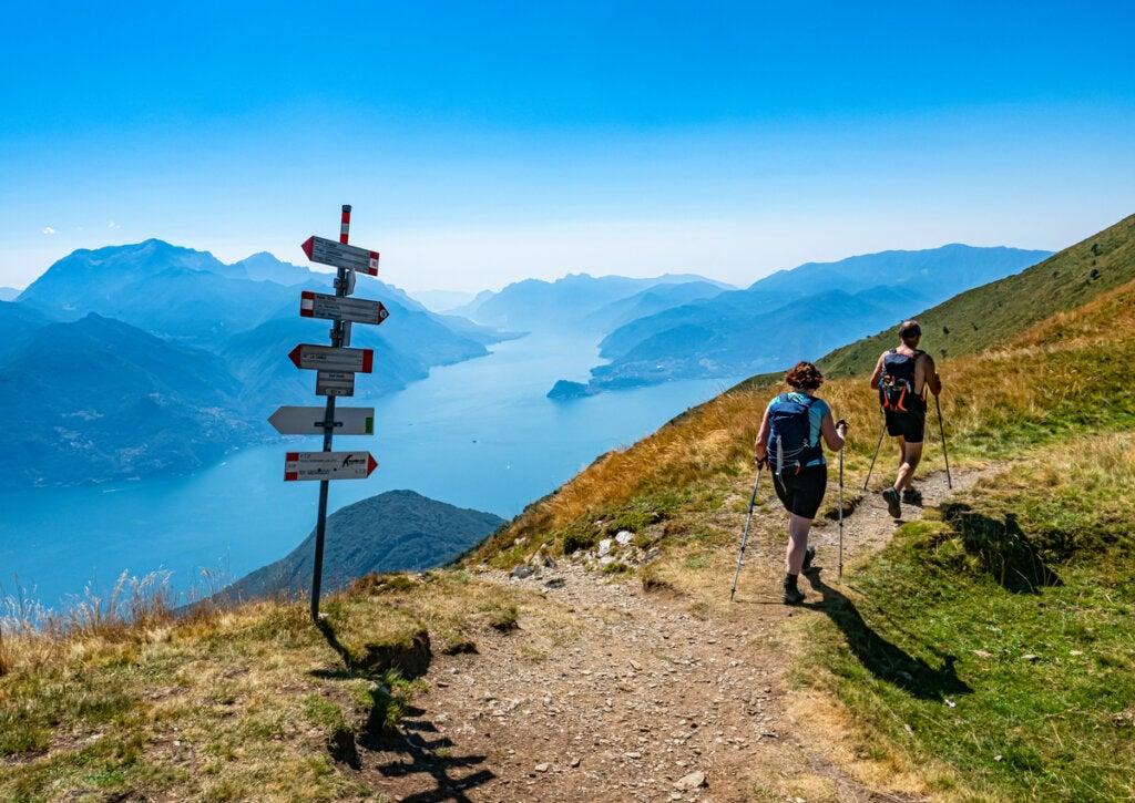 Turistas realizando senderismo en los Alpes Italianos, en la zona de Lombardía.