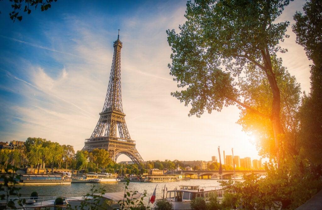 La Torre Eiffel es uno de los grandes atractivos en París de noche.