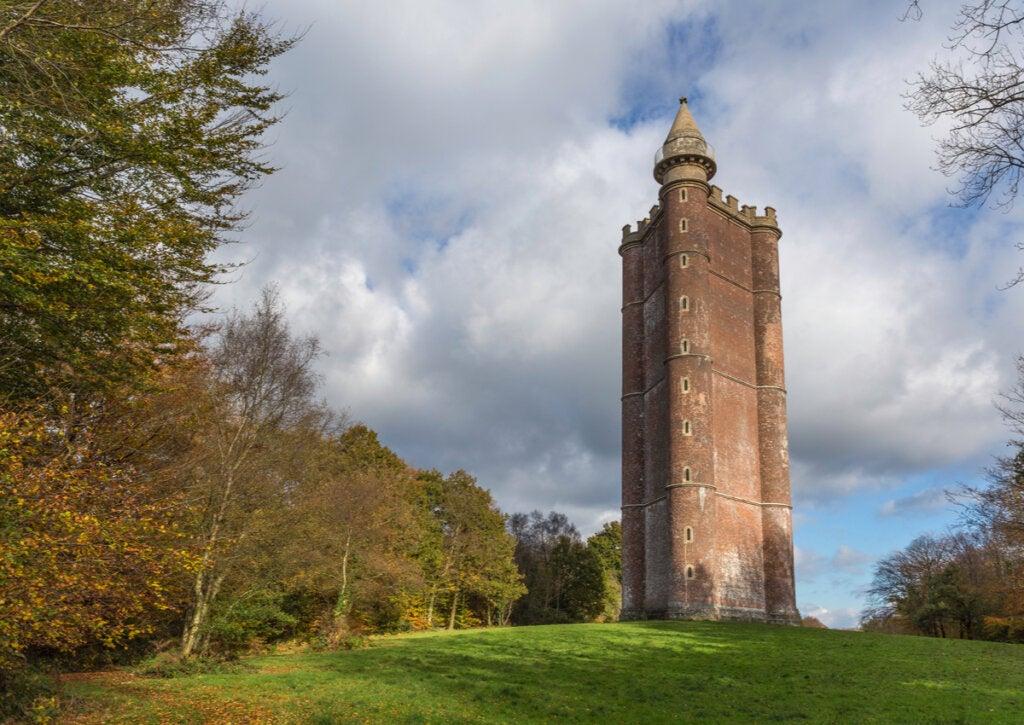La Torre del Rey Alfredo es un monumento impresionante ubicado en Inglaterra.