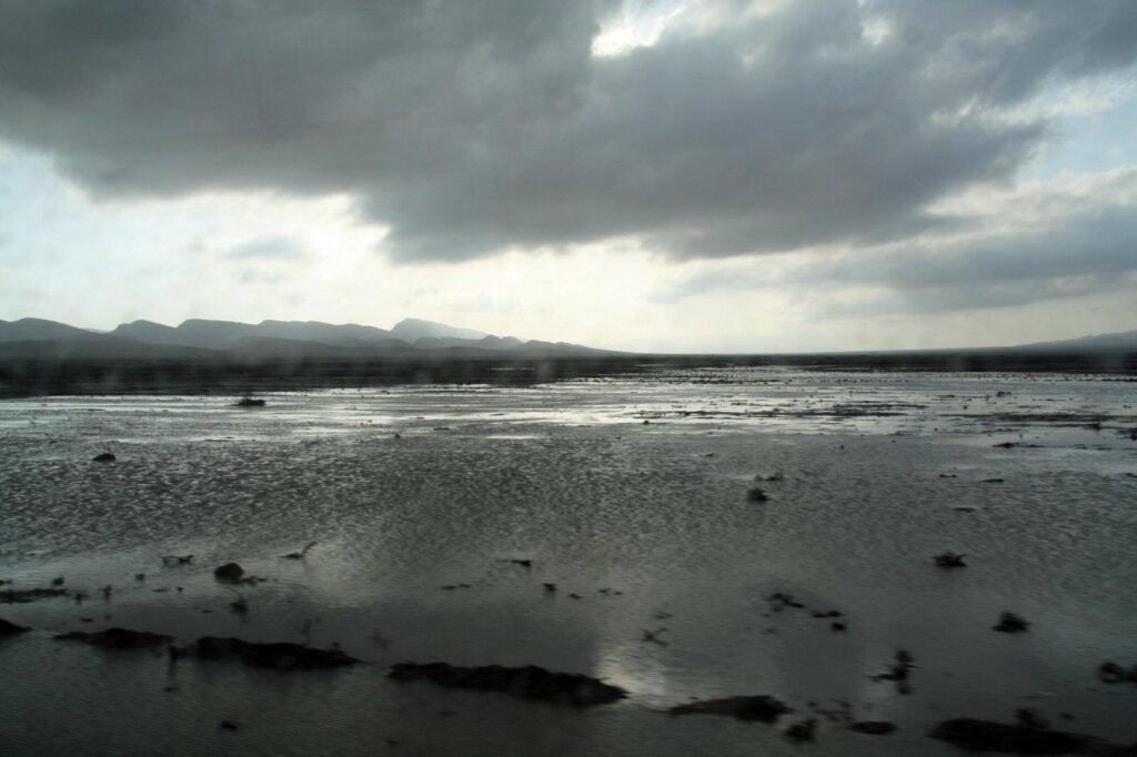 El lago de Gafsa se formó misteriosamente en el desierto.