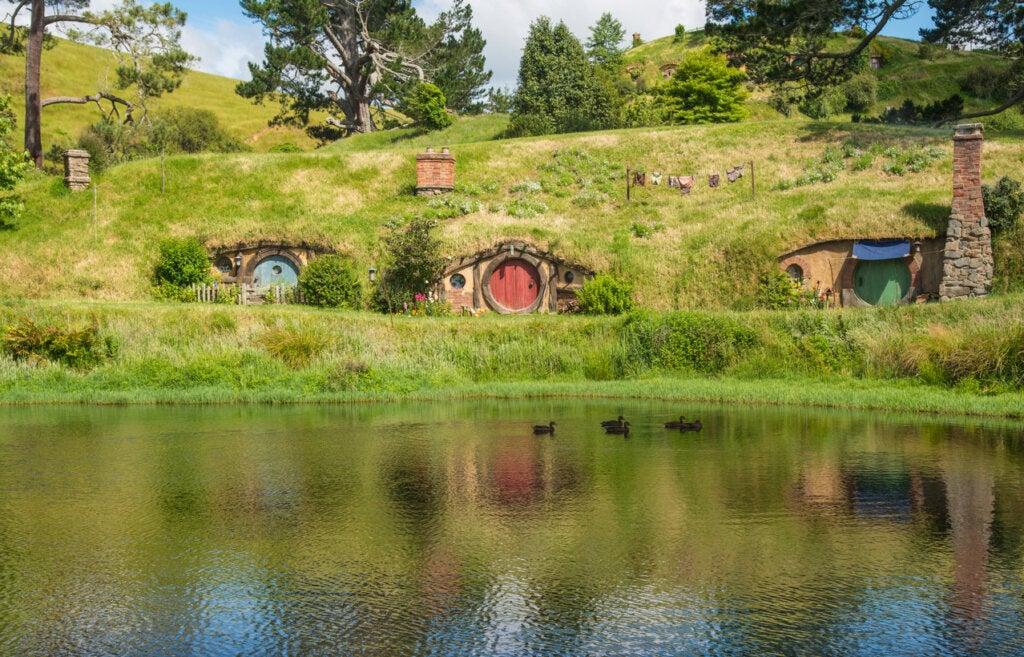 En Hobbiton se encuentra parte del set de El señor de los anillos.