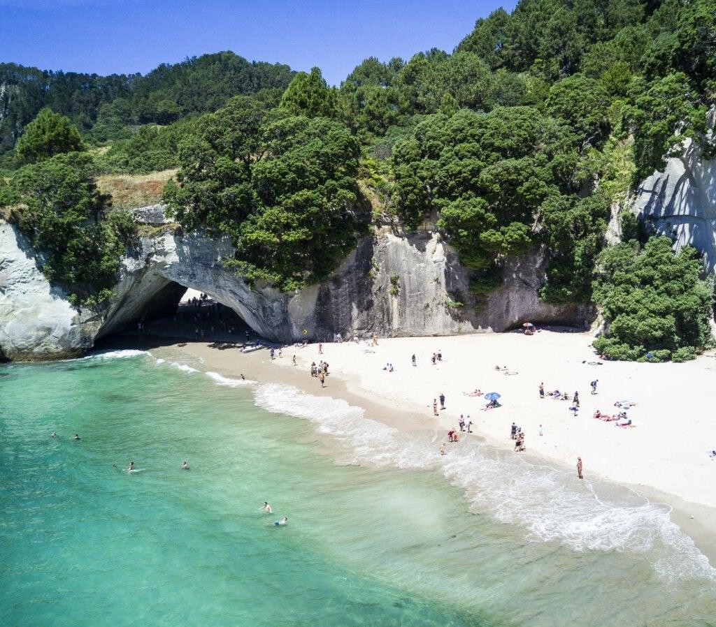 La playa Cathedral Cove es uno de los paisajes más impresionantes de Nueva Zelanda.