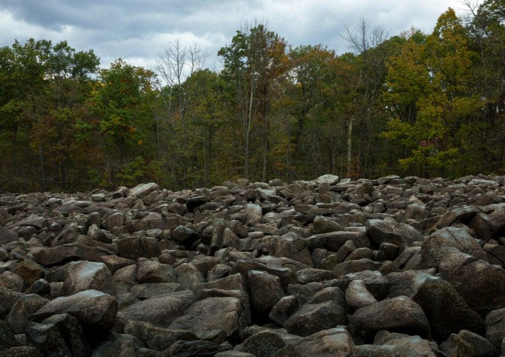 Las rocas resonantes de Pensilvania se pueden encontrar en el Ringing Rocks County Park.