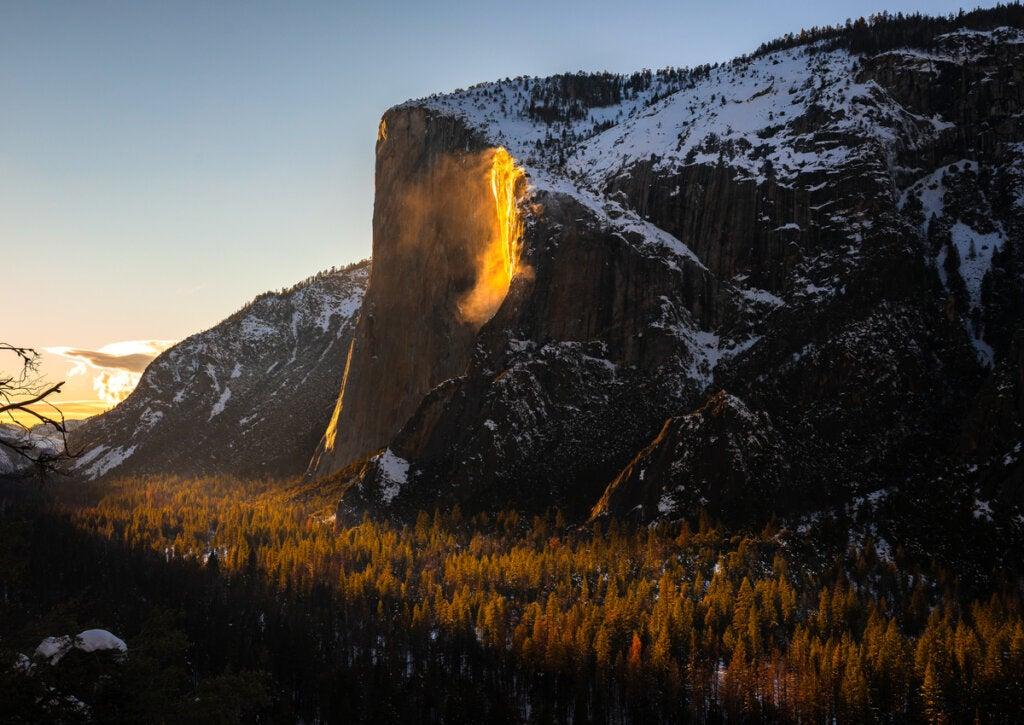 Debido al reflejo de la luz solar, el agua de esta cascada adquiere el color del fuego.