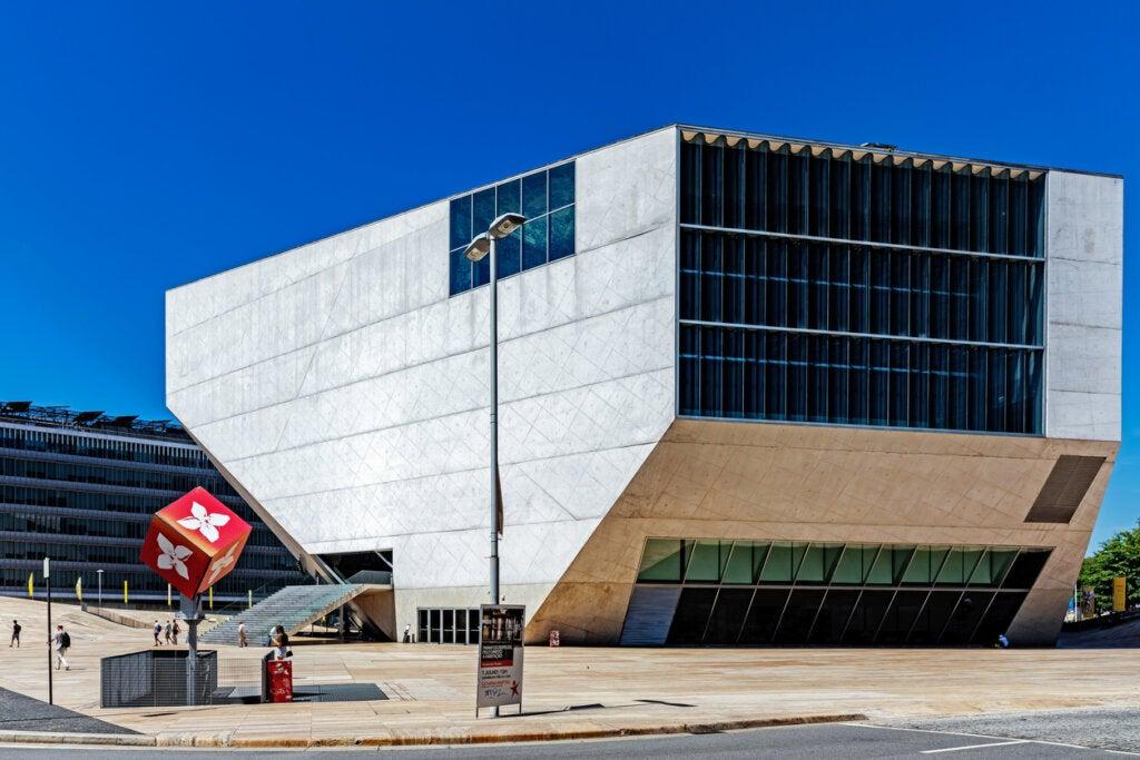 La Casa da Música es un edificio representativo de Oporto.