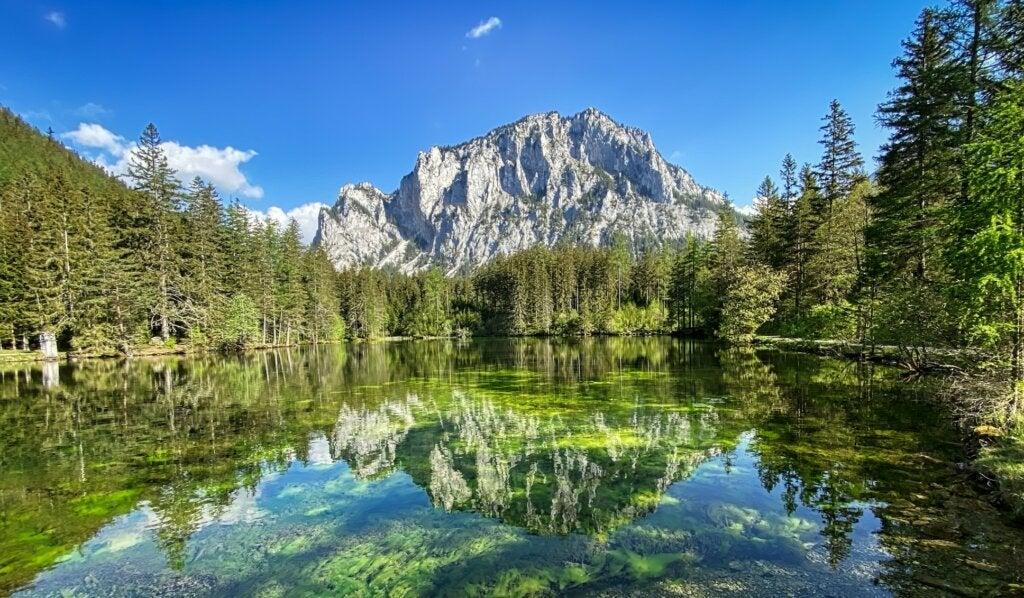 Lago verde o Grüner See en Austria, un paisaje alpino irreal