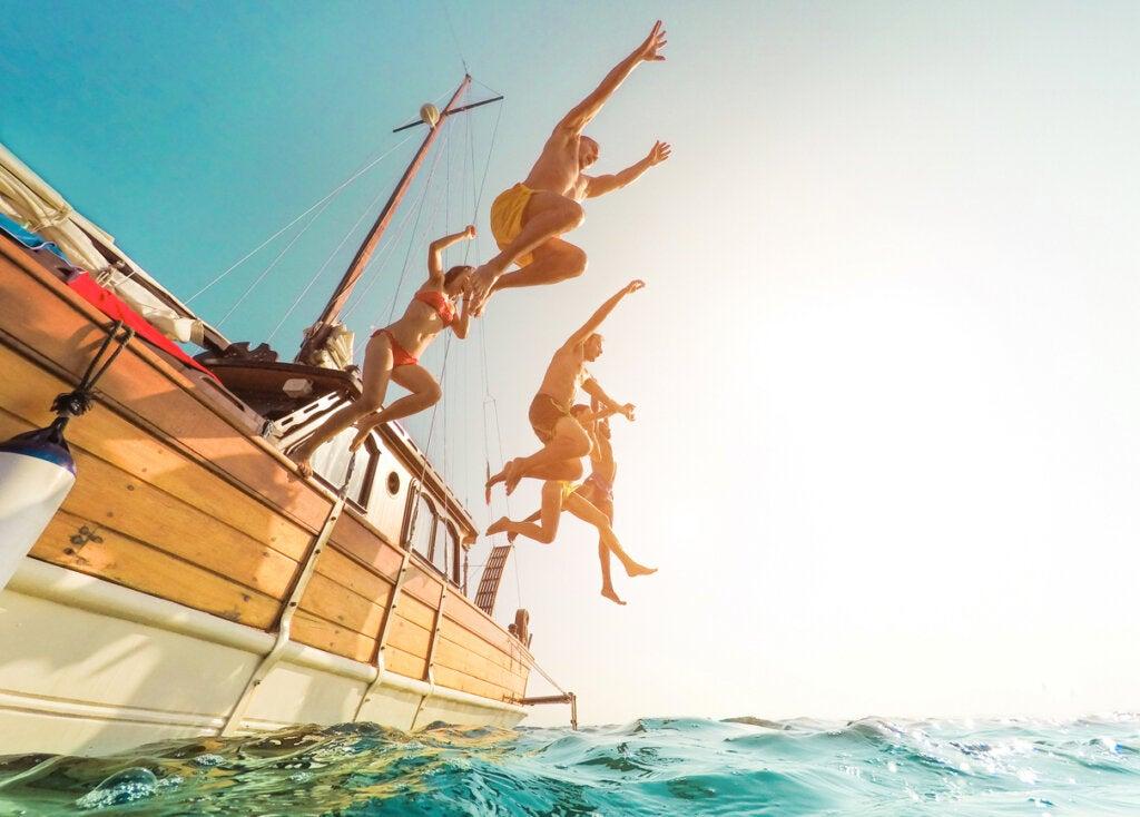 Jovenes se divierten durante su viaje a Ibiza.