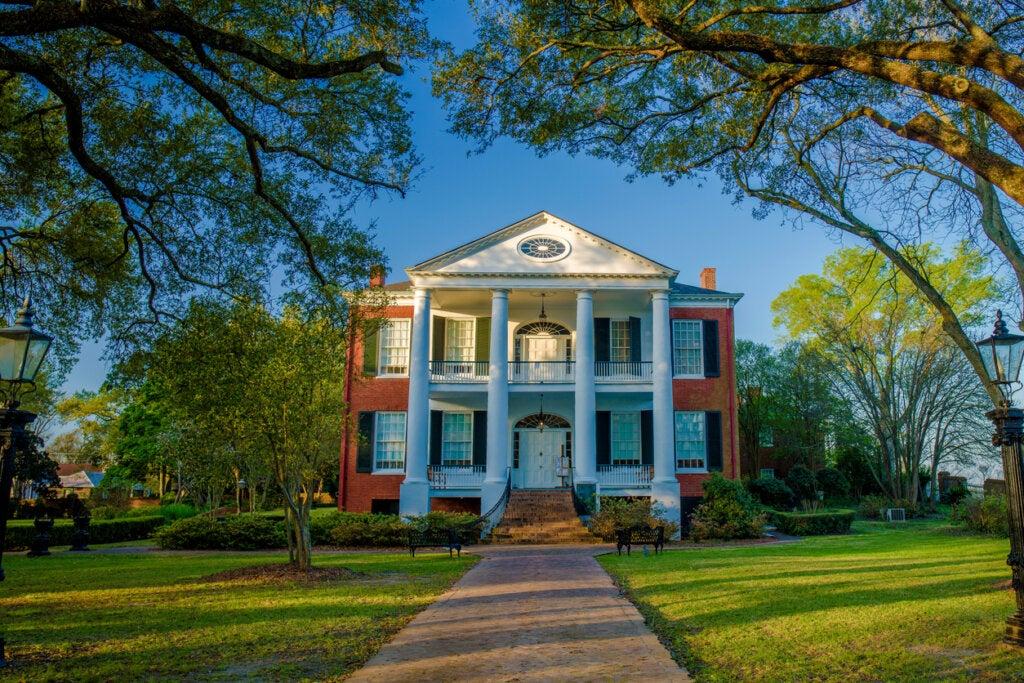 La mansión Rosalía es una de las casas históricas que pueden apreciarse en Natchez.