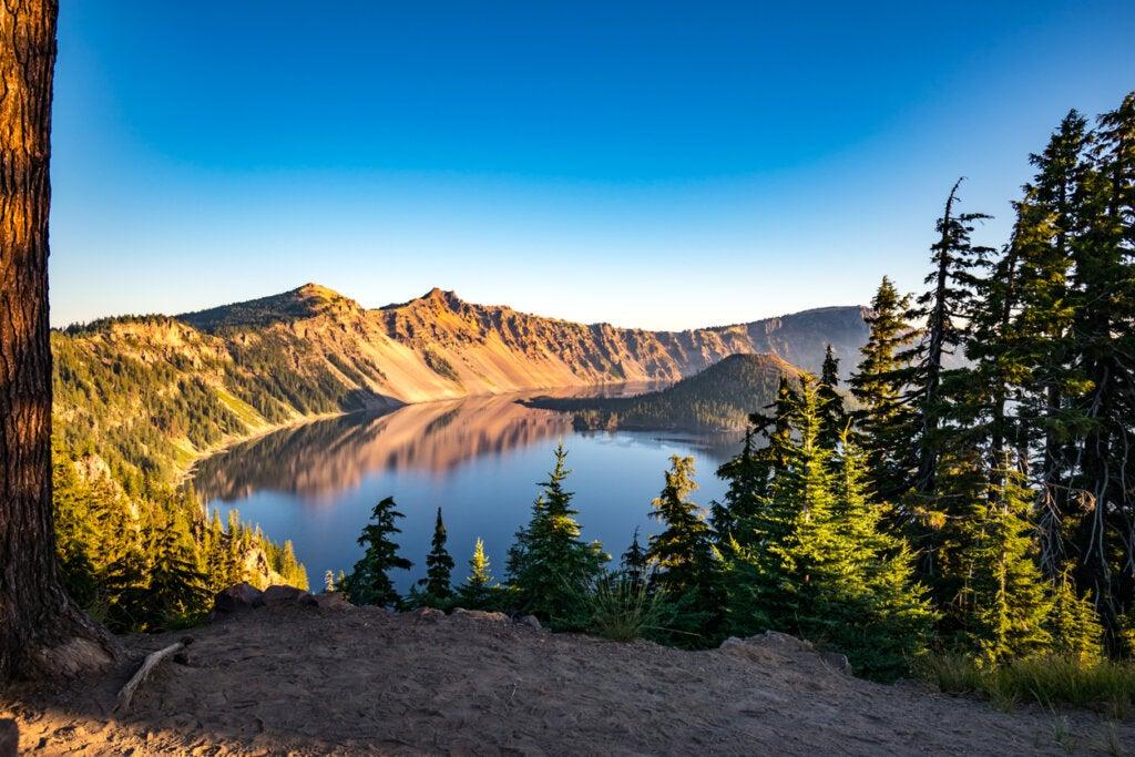 Visitar el Crater Lake es uno de los mejores planes para hacer en Oregón.