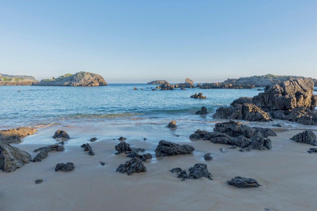 La playa de Ris ofrece un escenario ideal para bucear en España.