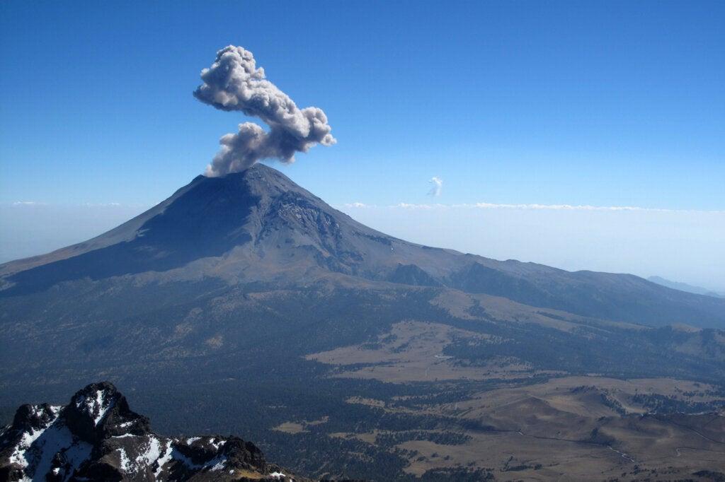 El Popocatepetl es un volcan gigantesco ubicado en México.