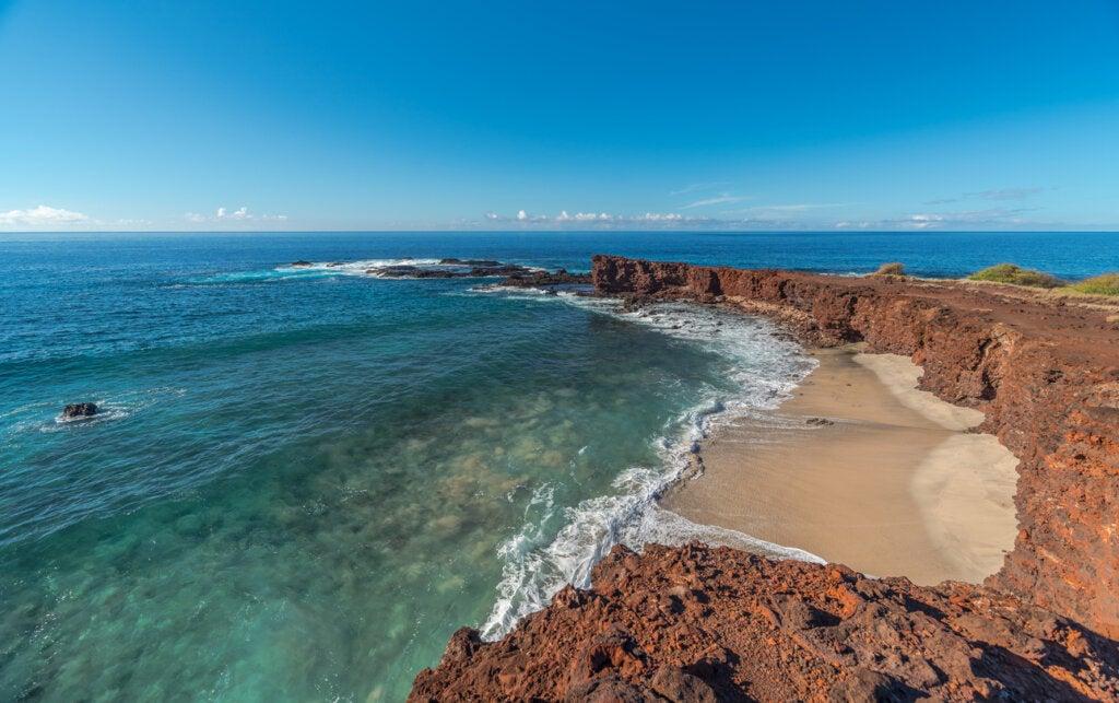 La playa Manele es un atractivo de la isla Lanai, en Hawái.